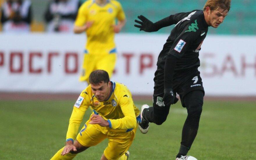 """Timofejus Kalačiovas (""""Rostov"""") kovoja su  Igoriu Pikuščiaku (""""Krasnodar"""")"""