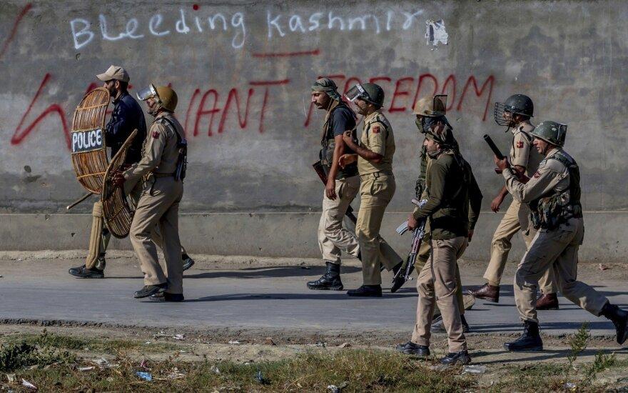 Per Indijos ir Pakistano susišaudymą Kašmyre žuvo du ir buvo sužeisti dar aštuoni žmonės