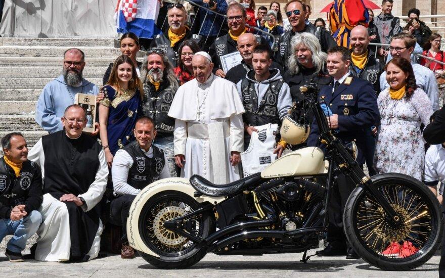 Baikeriai popiežiui Pranciškui įteikė neįprastą ir riaumojančią dovaną