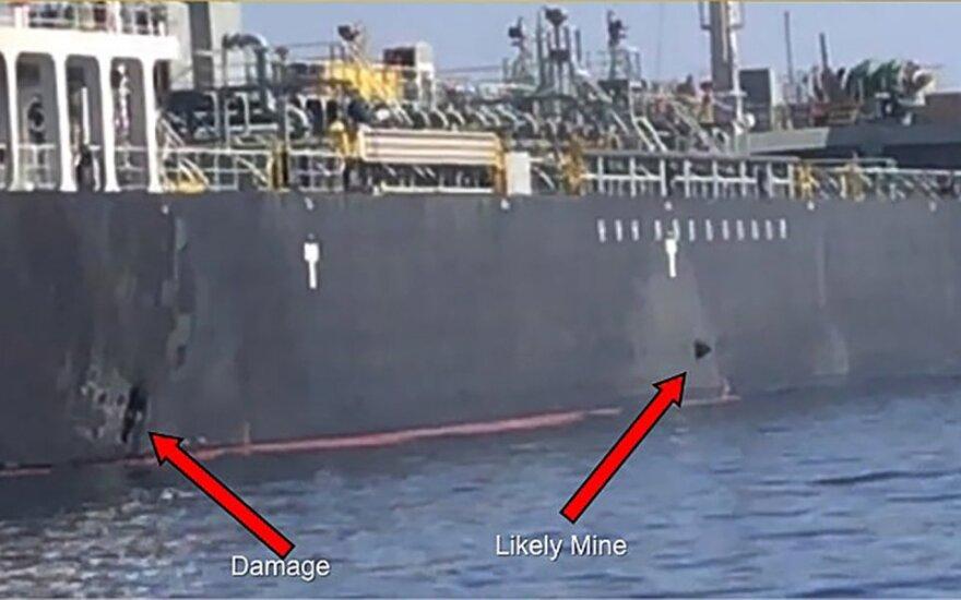 Sprogimo vieta ir įtariama mina tanklaivio korpuse