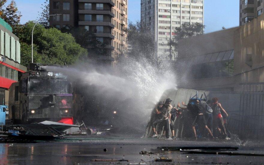 Čilėje tęsiantis audringiems protestams pratęsiama komendanto valanda
