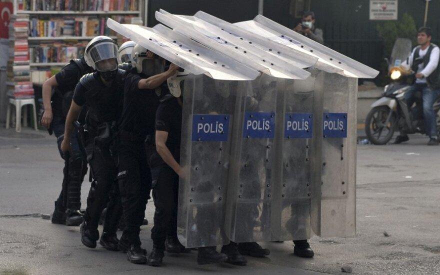 Turkijos policija angliakasių mieste susirėmė su protestuotojais