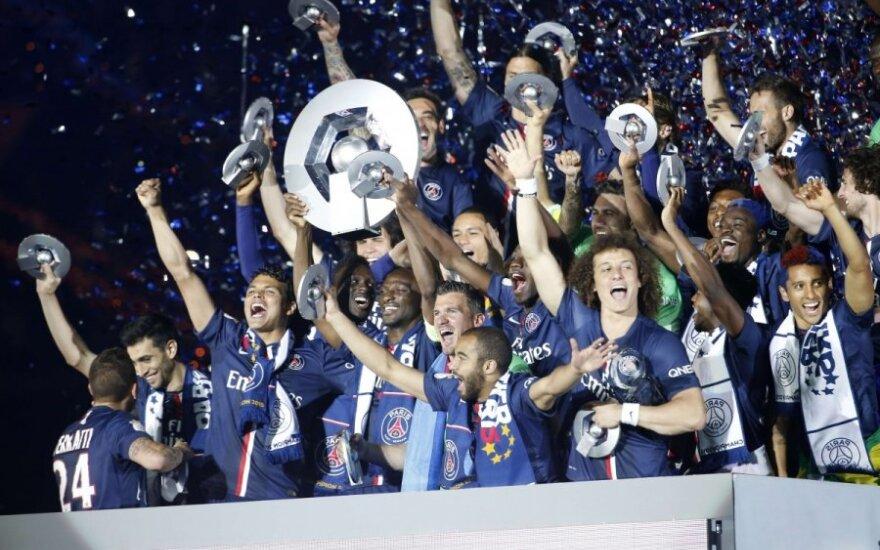 Paryžiaus futbolininkai su nugalėtojų trofėjumi