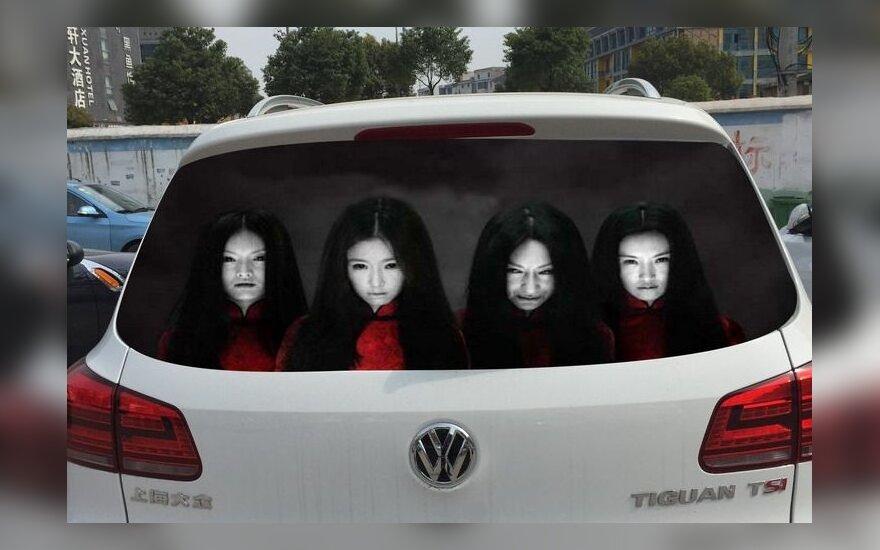 Ilgomis šviesomis žibinantys vairuotojai Kinijoje gąsdinami vaiduokliais