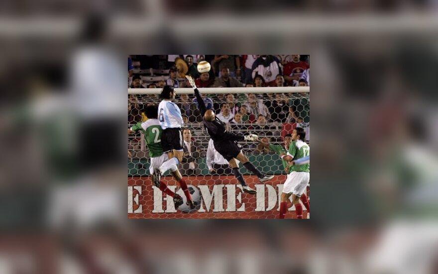 Argentinos ir Meksikos futbolo rinktinių mačo akimirka