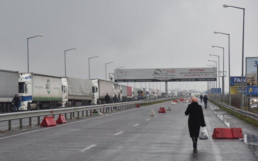 Ukraina įveda embargą rusiškiems automobiliams ir kitoms pramoninėms prekėms