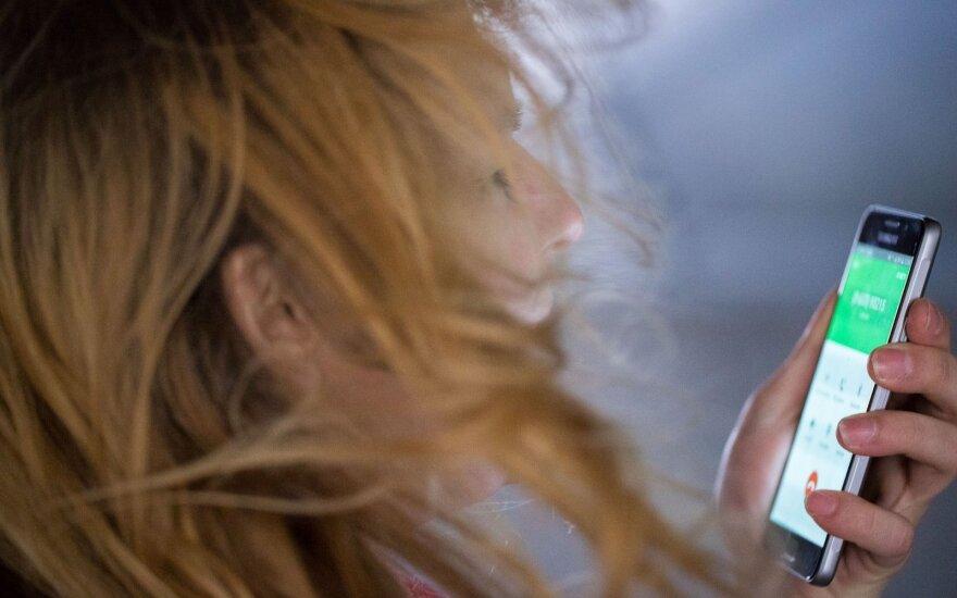 Seimas svarsto siūlymą drausti pėstiesiems perėjose naudotis mobiliaisiais telefonais