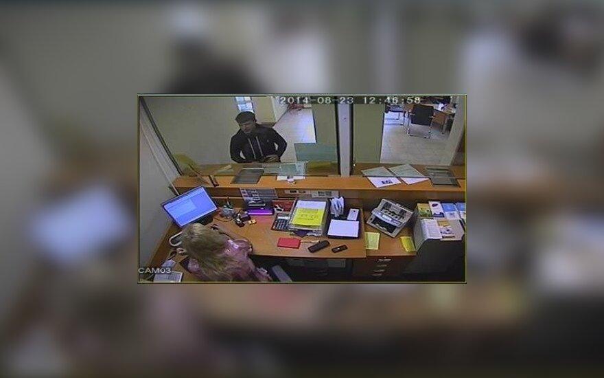 Mažeikių policija prašo visuomenės pagalbos: kas iš banko išsinešė per daug pinigų?