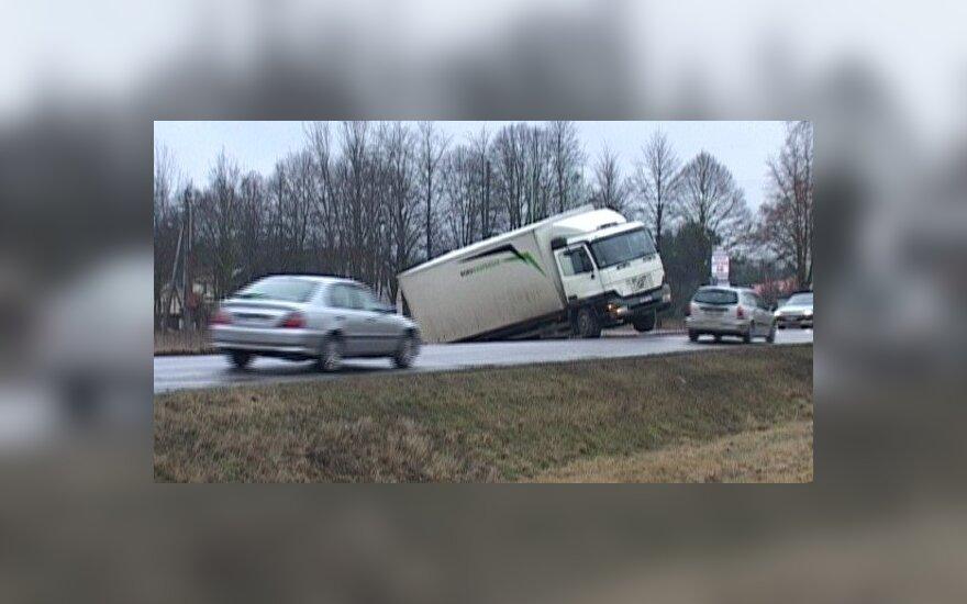 Sugedus stabdžiams, sunkvežimis sustojo tik pakibęs ant šlaito