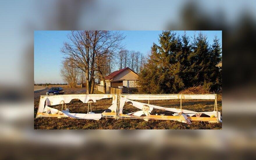 Nuo vandalų išpuolių Klaipėdos rajone nukentėjo jau ne vienos partijos stendai