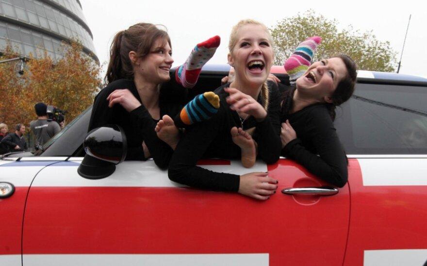 Mini automobilyje tilpo 28 merginų
