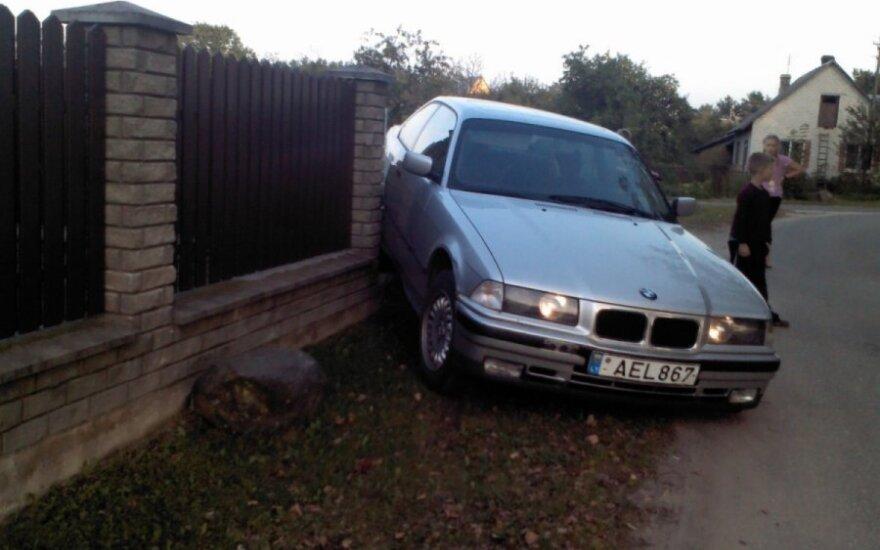 Automobilis + akmuo = 700 Lt