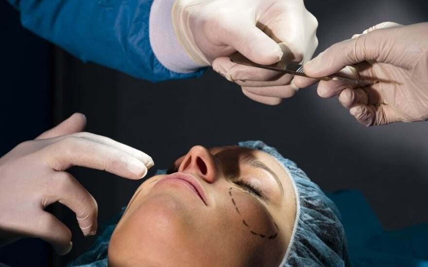 Plastikos chirurgas: grįžę emigrantai pinigus leidžia dantims ir plastinėms operacijoms