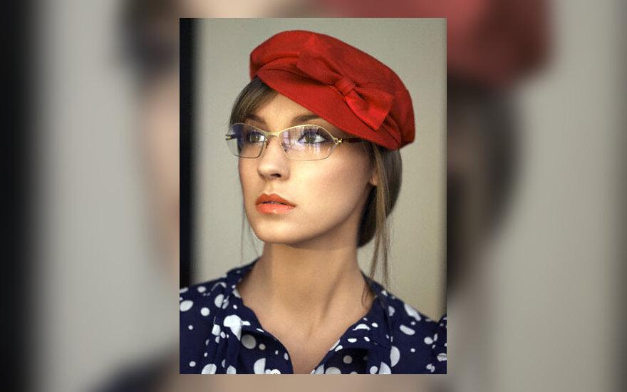 Moteris su akiniais
