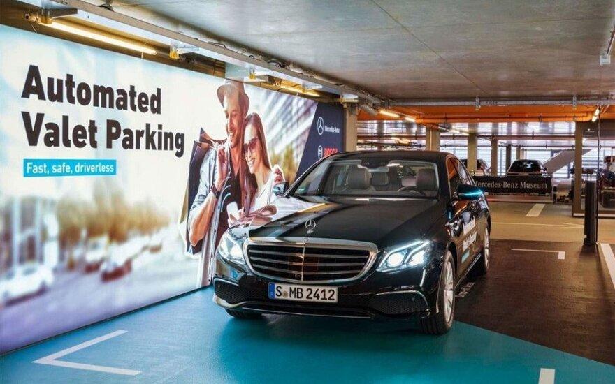 """""""Mercedes-Benz"""" išmoko be vairuotojo parkuotis daugiaaukštėse stovėjimo aikštelėse"""