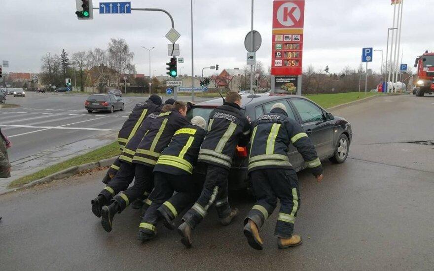 Šiaulių ugniagesių pagalba merginai – tikras vyriškumo pavyzdys