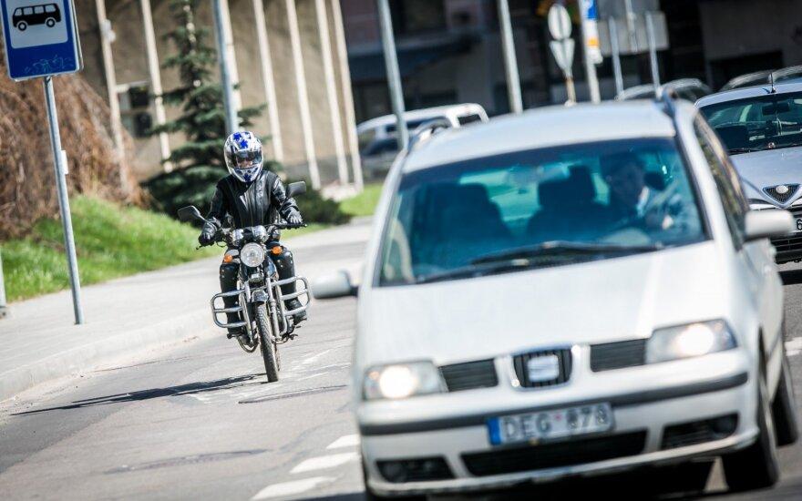 Smūgis motociklininkus keiksnojantiems vairuotojams: realybėje yra priešingai