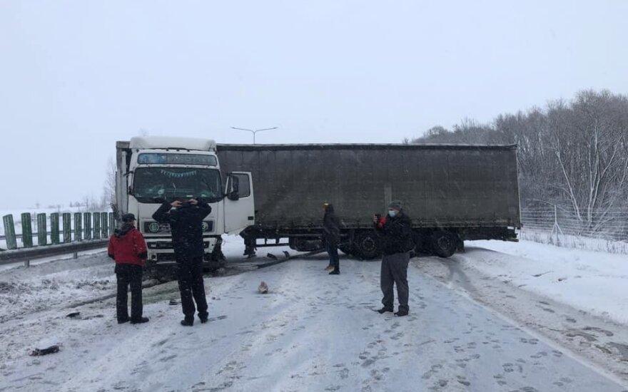 Dėl vilkikų avarijų susidarė milžiniškos spūstys abiem kelio Vilnius-Kaunas kryptimis