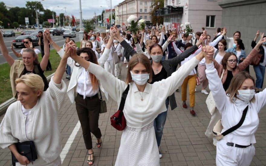 Minske keli šimtai baltai apsirengusių moterų susikibo į gyvąją grandinę