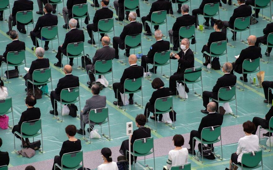 Dalyviai atminimo šventėje, skirtoje 75-osioms Japonijos pasidavimo Antrojo pasaulinio karo metinėms paminėti. Nippon Budokan salė, 2020 m. Rugpjūčio 15 d. Tokijus, Japonija