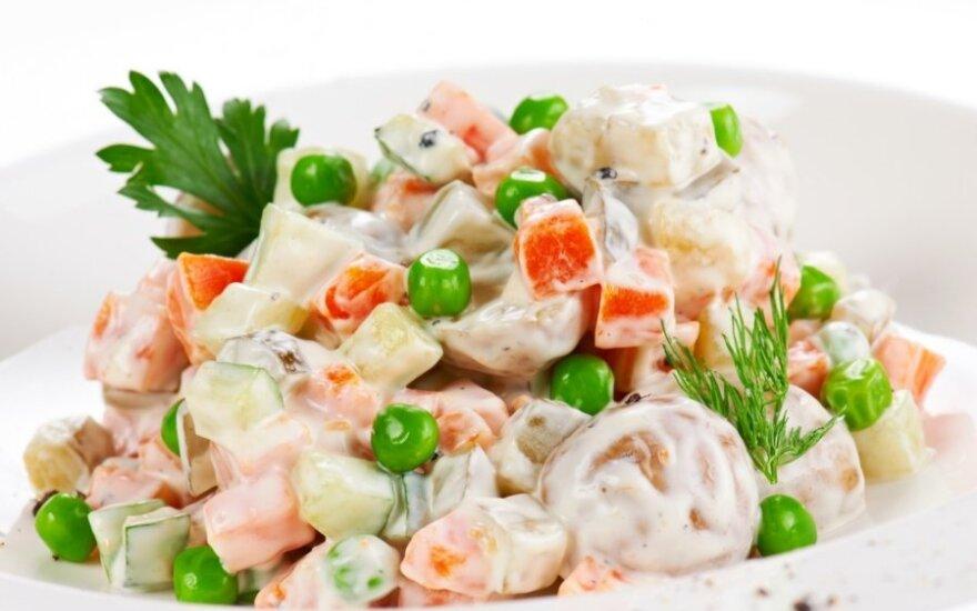 Daržovių salotos su žaliuokėmis
