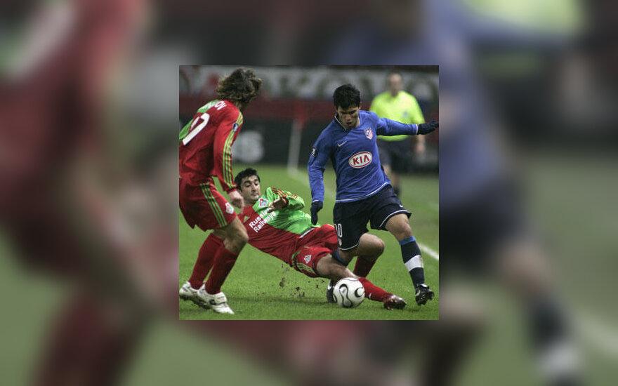 """Aguero (Madrido """"Atletico"""", dešinėje) kovoja su   Aleksandru Samedovu (viduryje) ir Dmitrijumi Sennikovu (Maskvos """"Lokomotiv"""")"""