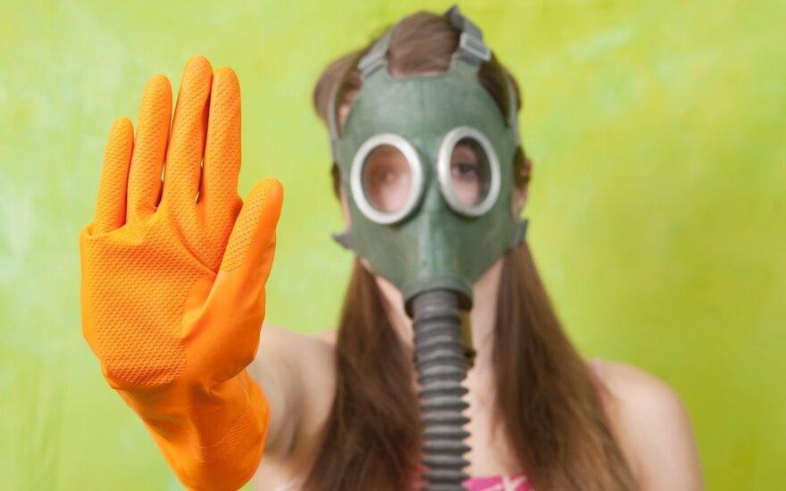 Moteris su dujokauke