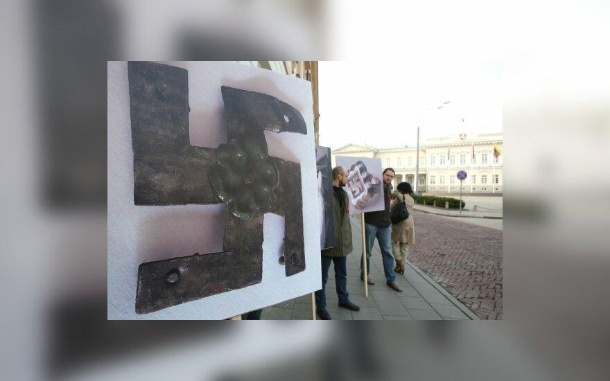 Nuotraukas su svastikomis šalia Prezidentūros iškėlę piketuotojai siekė Sarmatijos pripažinimo