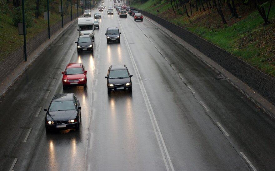 Eismo sąlygos: keliuose yra slidžių ruožų