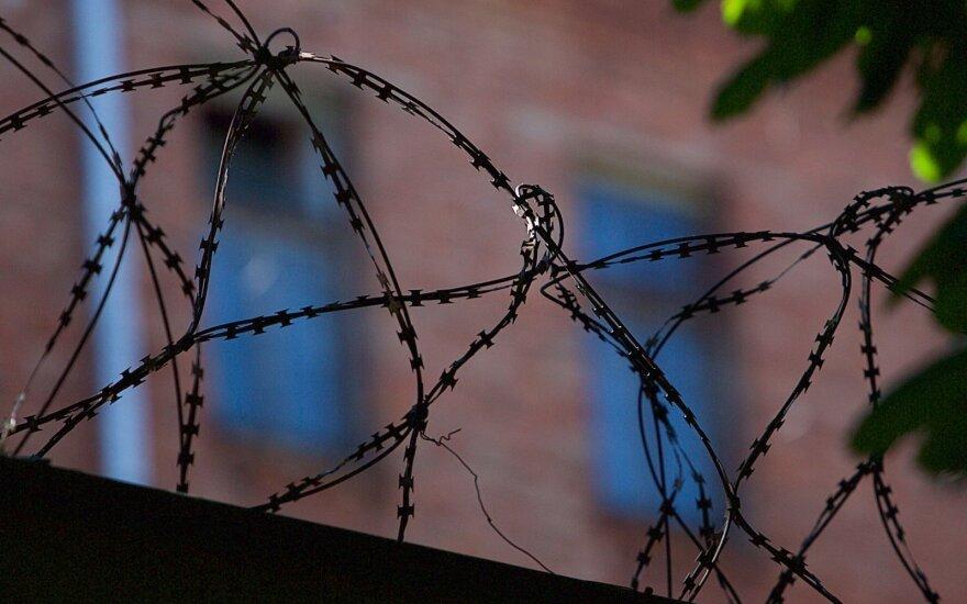 Kūno ertmėje siuntinuką kaliniui nešusi moteris pati atsidūrė už grotų