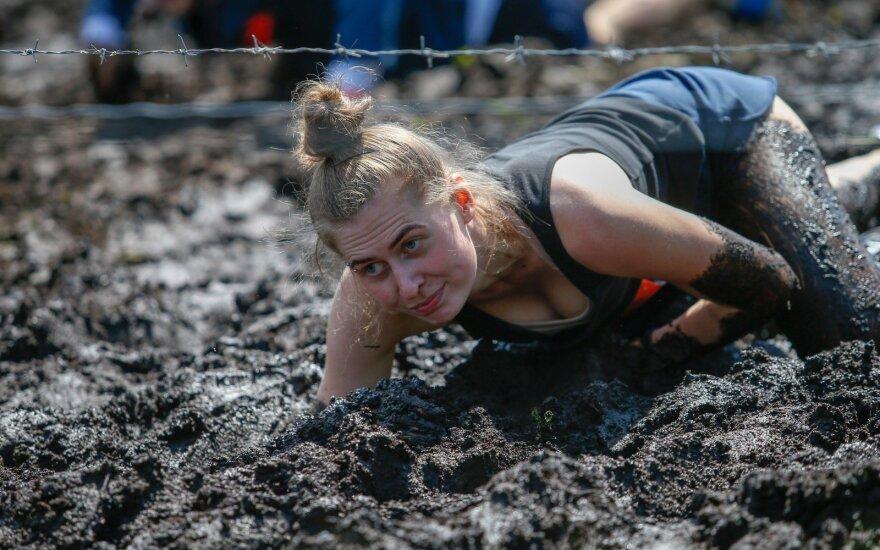 """Ekstremalaus bėgimo mėgėjai išbandė jėgas """"Alfa run"""" kliūčių ruože"""