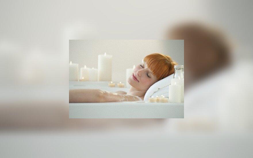 Moteris maudosi vonioje