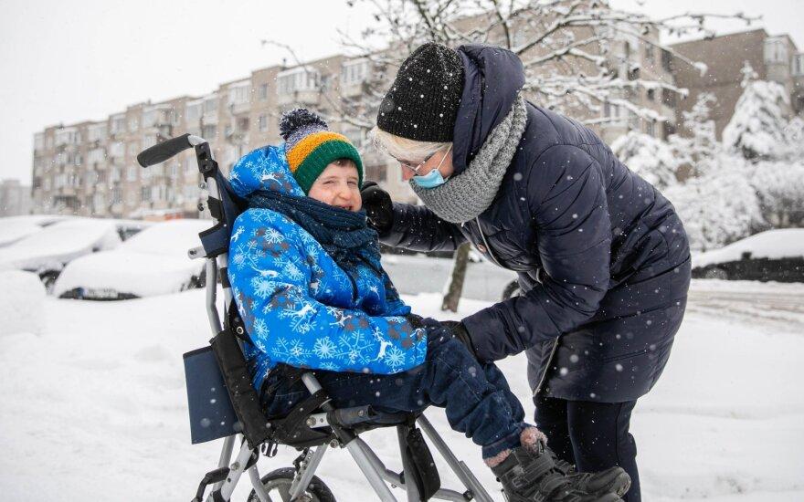 Močiutė Kirilą augino nuo pat mažens: šiandien neįgalaus berniuko vienintelė viltis – treniruoklis, kuriam lėšų šeima neturi