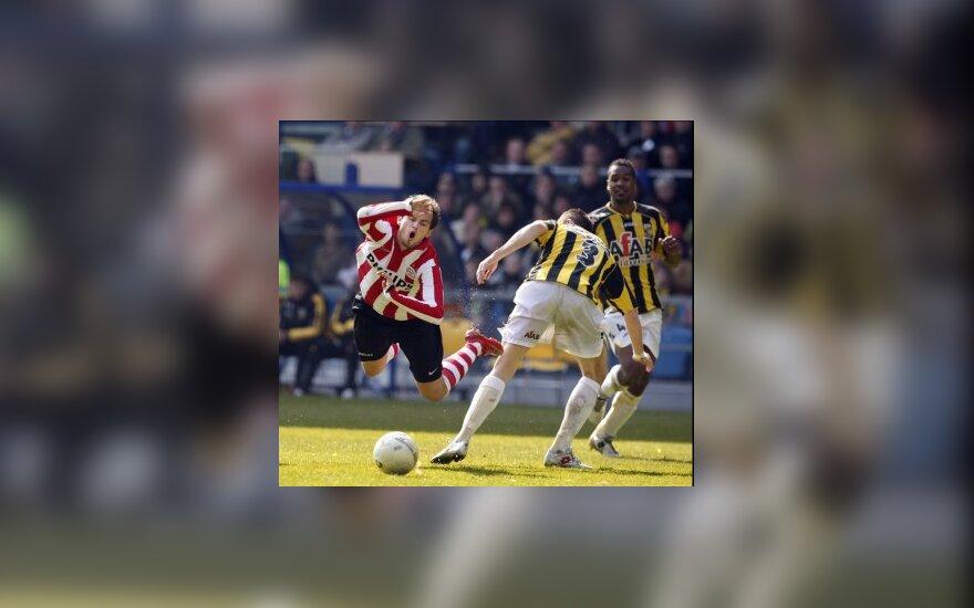"""""""PSV Eindhoven"""" ir """"Vitesse"""" (geltonai juodi marškinėliai) klubų futbolininkų dvikovos momentas"""