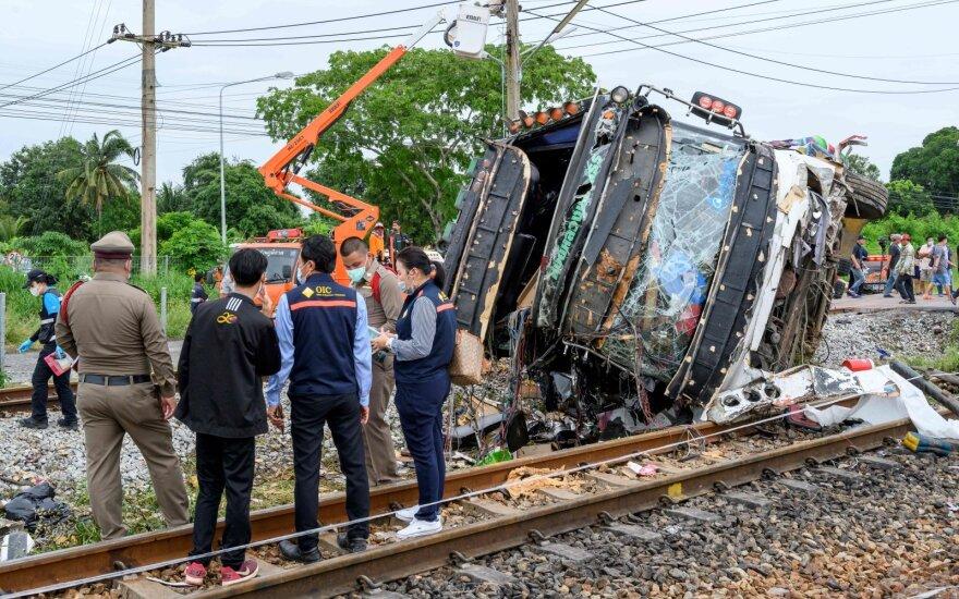 Tailande traukiniui įsirėžus į autobusą žuvo 18 žmonių
