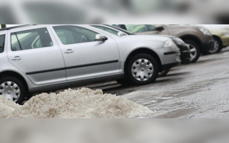 Šalčio gniaužtuose – vis daugiau automobilių