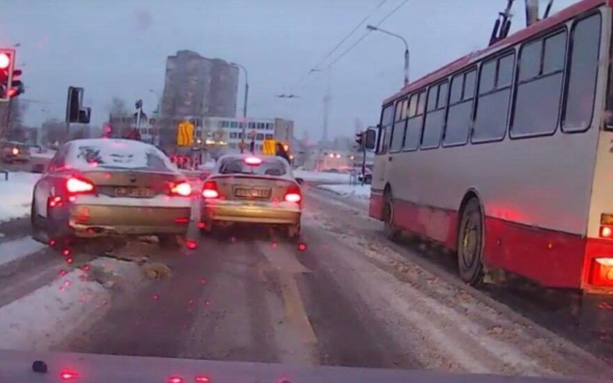 Įžūlus vairuotojas nepanoro laukti eilėje – užlindo tiesiai prieš nosį
