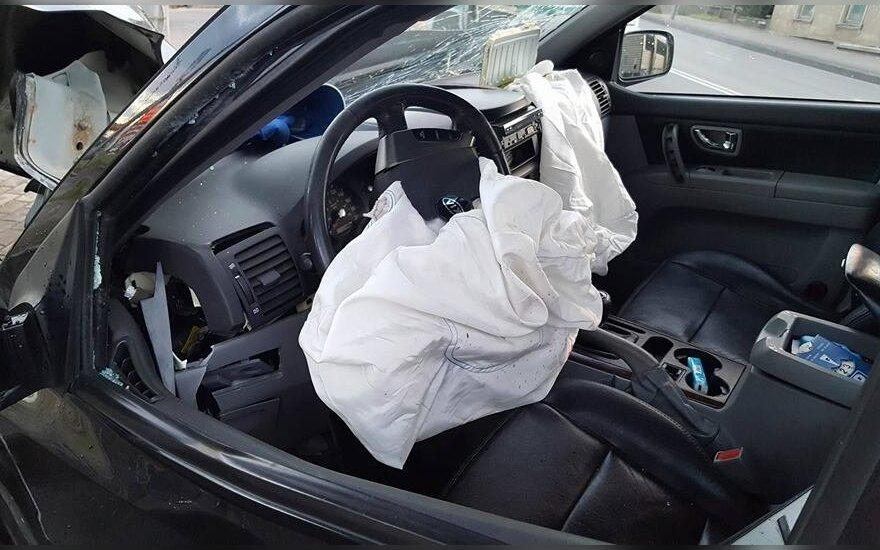 Šiauliuose neblaivus vairuotojas rėžėsi į apšvietimo stulpą
