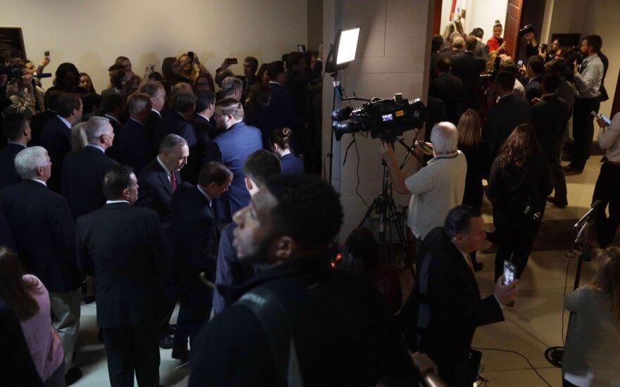 JAV respublikonai įsiveržė į apsaugotą apkaltos patalpą ir trukdė pradėti liudijimą