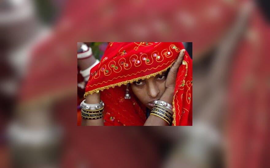 Moteris iš Indijos Radžastano valstijos dalyvauja mugėje