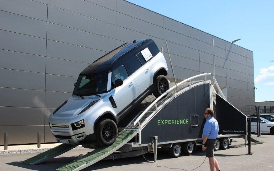 """""""Land Rover"""" kviečia į bekelės nuotykį: atsivežė platformą, pakeisiančią pelkynus ir prastus kelius"""