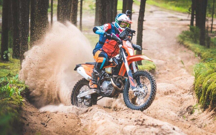 Už pasivažinėjimą krosiniu motociklu miške teko susimokėti: baudos siekia ir kelis šimtus