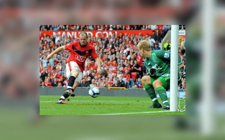 Wayne'as Rooney muša įvartį į