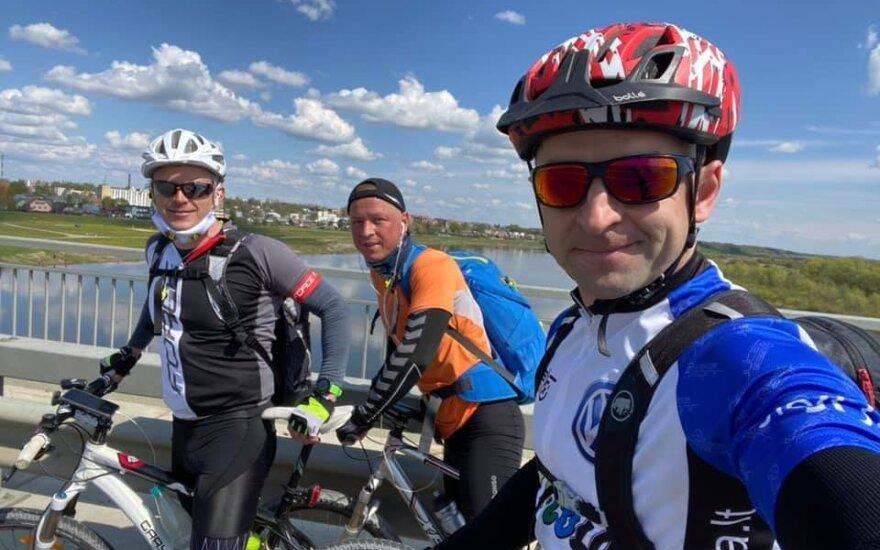 Vytautas Švedas su kolegomis rado alternatyvą lenktynėms: dviračiais aplink Lietuvą