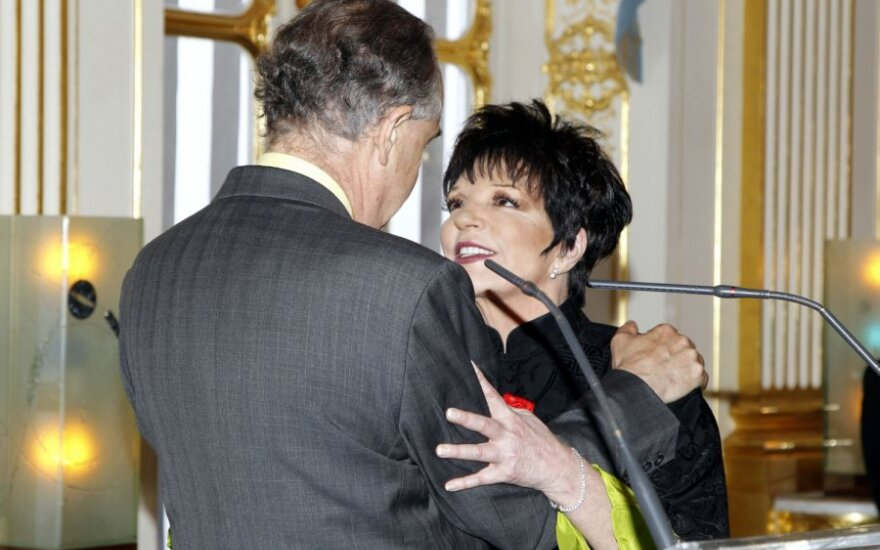Prancūzijos kultūros ministras F. Mitterrandas apdovanojo L.Minnelli