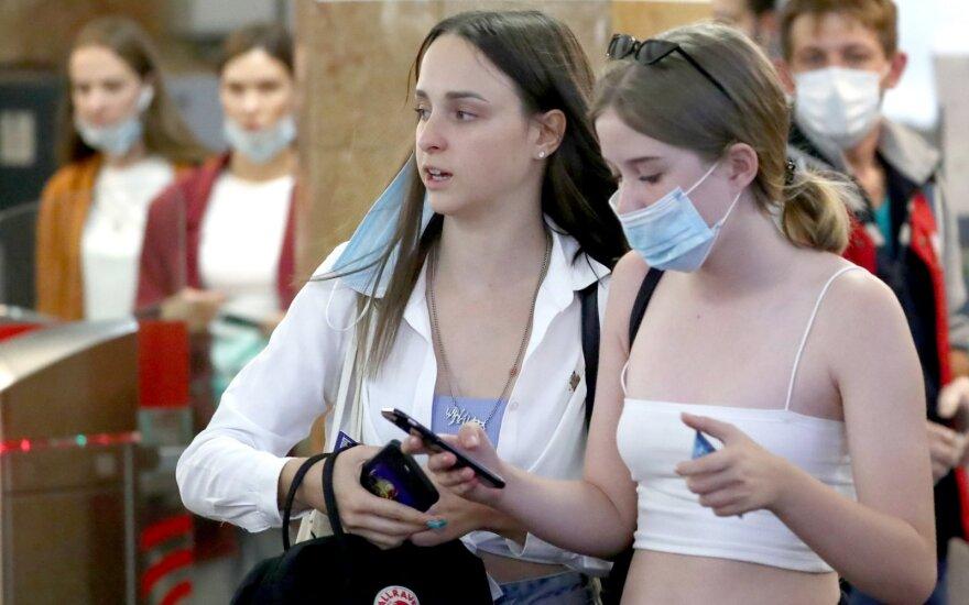 Rusijoje pirmąkart nuo balandžio nustatytas mažesnis nei 5 000 COVID-19 atvejų priaugis