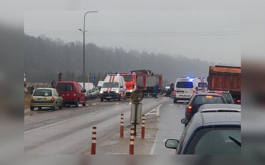 Kauno rajone susidūrė du automobiliai, į ligoninę pristatyti trys asmenys