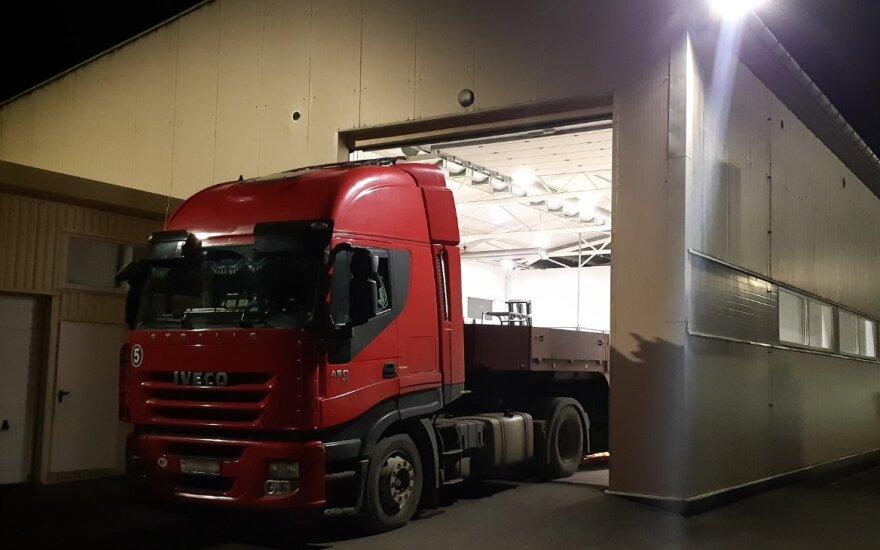Raigardo kelio posto muitininkai autovežio dugne aptiko slėptuvę su 200 tūkst. eurų vertės kontrabanda