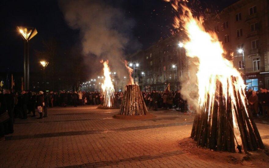 Vilniuje solidarumo laužai už Ukrainą: prie Seimo šimtai žmonių