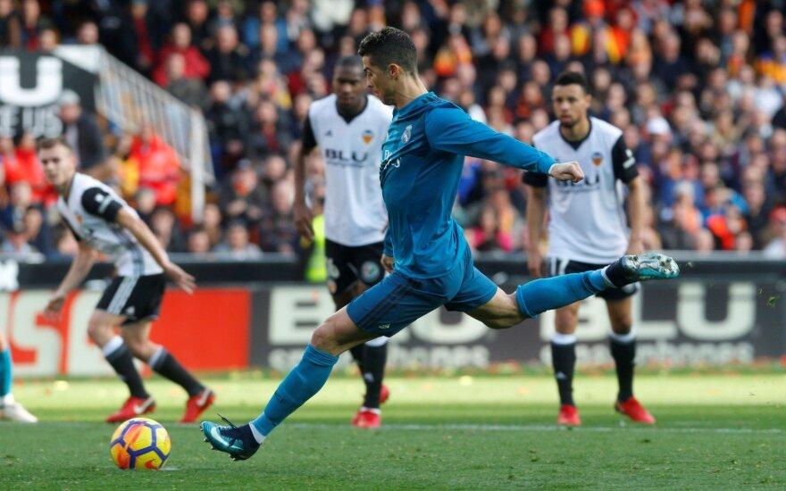"""Ronaldo gavo mušti du 11 m baudinius ir """"Real"""" laimėjo Valensijoje"""